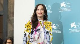 Herečka Liv Tyler vo vzorovaných šatách z dielne dizajnérky Stelly McCartneyovej.