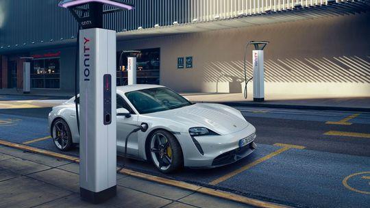 Porsche Taycan: Superelektromobil má predsa len slabiny. Namerali mu zúfalý dojazd