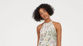 Šaty s florálnou potlačou a motívom papagája od značky H&M. Predávajú sa za 79,99 eura.
