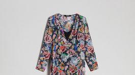 Šaty s florálnym motívom a prvkami street-wearovej estetiky od značky Twinset. Info o cene hľadajte v predaji.