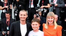 Herec Toby Wallace (vľavo), herečka Eliza Scanlen (v strede) a režisérka Shannon Murphy.