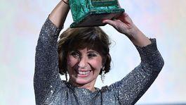 Herečka a scenáristka Ariane Ascaride s cenou Volpi Cup za výkon vo filme Gloria Mundi.
