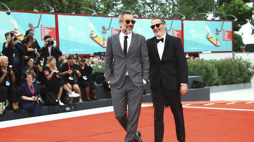 Joaquin Phoenix (vpravo) a režisér Todd Phillips