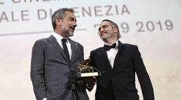 Režisér Todd Phillips (vľavo) s cenou Zlatý lev pre najlepší film. Odniesol si ju za film Joker, v ktorom hlavnú rolu stvárnil Joaquin Phoenix.