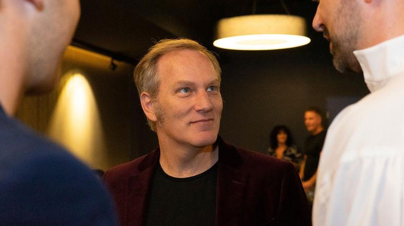 Herec Brian Caspe na premiére v Bratislave.