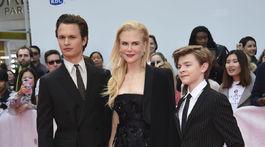 Herci Ansel Elgort (vľavo) a Oakes Fegley pózujú s herečkou Nicole Kidmanovou.,