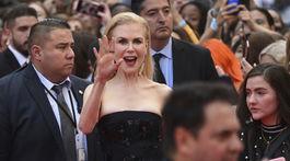 Herečka Nicole Kidman zdraví fanúšikov na premiére filmu Stehlík v Toronte.