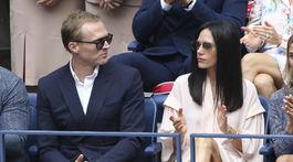 Manželia Jennifer Connelly a Paul Bettany v hľadisku počas mužského finále US Open.
