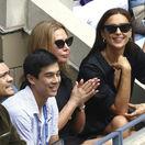 Modelka Irina Shayk (vpravo) počas mužského finále U.S. Open v New Yorku.