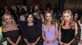 Zľava: Herečky Sarah Michelle Gellar, Lucy Liu, Alicia Silverstone a Jennifer Coolidge na prehliadke Christian Siriano v New Yorku.