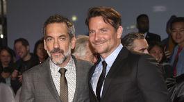 Režisér Todd Phillips (vľavo) a herec Bradley Cooper spoločne na premiére v Toronte.