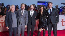 Zľava: Herec Robert De Niro, režisér Todd Phillips, herec Joaquin Phoenix, herečka Zazie Beetz a producent Bradley Cooper.