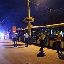 Cestujúci vyskakovali z autobusu, ktorý sa rútil dolu kopcom