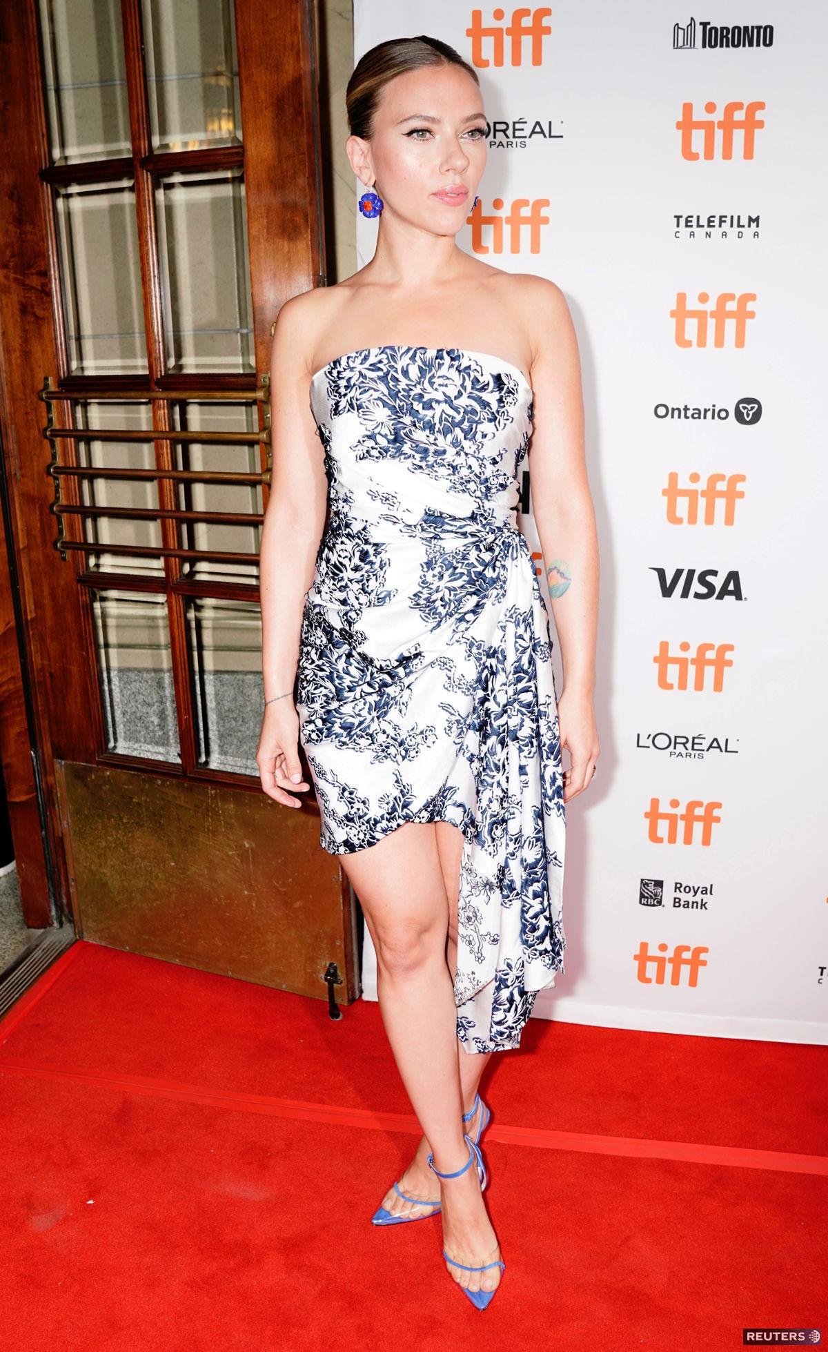 Herečka Scarlett Johansson v šatách Oscar de la...