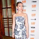 Herečka Scarlett Johansson v šatách Oscar de la Renta predviedla v Toronte jeden zo svojich najlepších lookov.
