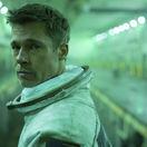 Herec Brad Pitt na zábere z filmu Ad Astra.