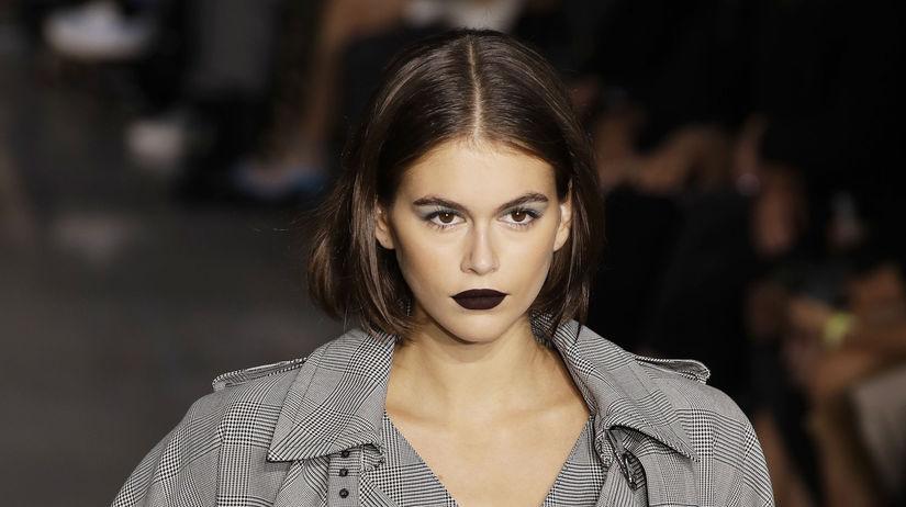 Modelka Kaia Gerber predvádza svoje temné matné...