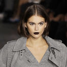 Modelka Kaia Gerber predvádza svoje temné matné pery na prehliadke Max Mara.