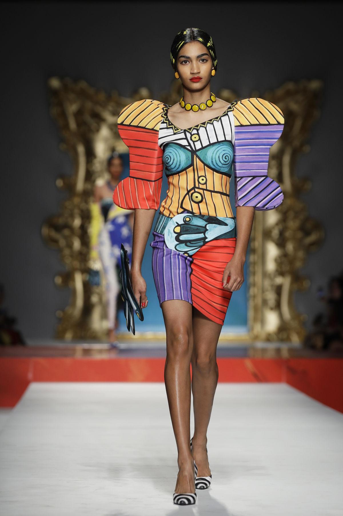 Modelka v kreácii z kolekcie Moschino Jar/Leto 2020.