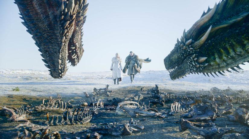 Záber zo seriálu Hra o tróny - na snímke Emilia...