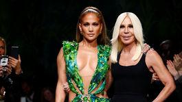 Jennifer Lopez (vľavo) a dizajnérka Donatella Versace
