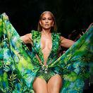 Sánky dole! 50-ročná Lopez v šatách Versace, tento moment ovládol Miláno