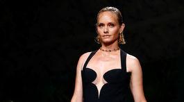 Modelka Amber Valetta na prehliadke Versace Jar/Leto 2020 v Miláne.