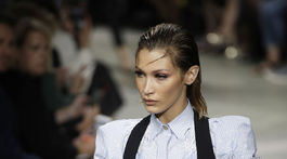 Modelka Bella Hadid predvádza jednu z kreácií značky Versace.