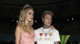 Raper Fedez a jeho manželka Chiara Ferragni medzi hosťami prehliadky Versace Jar/Leto 2020.