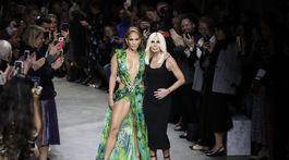 Speváčka Jennifer Lopez (vľavo) a dizajnérka Donatella Versace spoločne v závere prehliadky Versace Jar/Leto 2020.