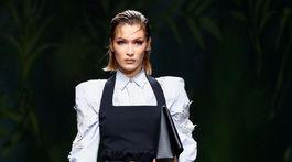 Topmodelka Bella Hadid v kreácii z novej kolekcie Versace na sezónu Jar/Leto 2020.