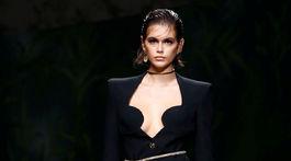 Topmodelka Kaia Gerber v kreácii z novej kolekcie Versace na sezónu Jar/Leto 2020.