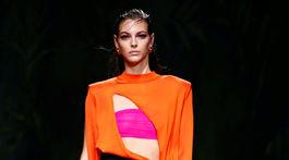 Topmodelka Vittoria Ceretti v kreácii z novej kolekcie Versace na sezónu Jar/Leto 2020.