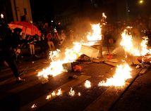 HONGKONG protest, demonštrácia, oheň, barikáda