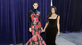Modelka Kendall Jenner (vpravo) vyzerala úchvatne v kreácii Richard Quinn. Jej sestra Kim Kardashian prišla v róbe Vivienne Westwood.