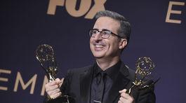 Moderátor John Oliver sa tešil z dvoch sošiek Emmy.