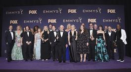 Tvorcovia zábavnej relácie Saturday Night Live so soškou Emmy.