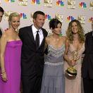 Záber z roku 2002 - hviezdy seriálu Priatelia - zľava: David Schwimmer, Lisa Kudrow, Matthew Perry, Courteney Cox, Jennifer Aniston a Matt LeBlanc.
