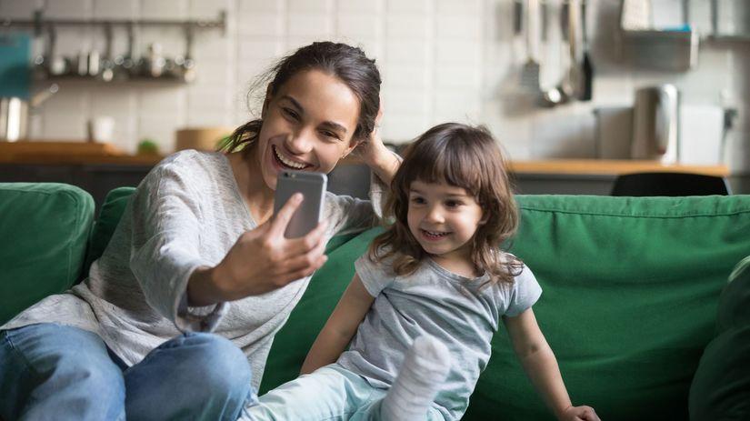 sharenting, dieťa, matka, mobil, selfie