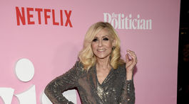 Herečka Judith Light v nohavicovom kostýme Badgley Mischka.