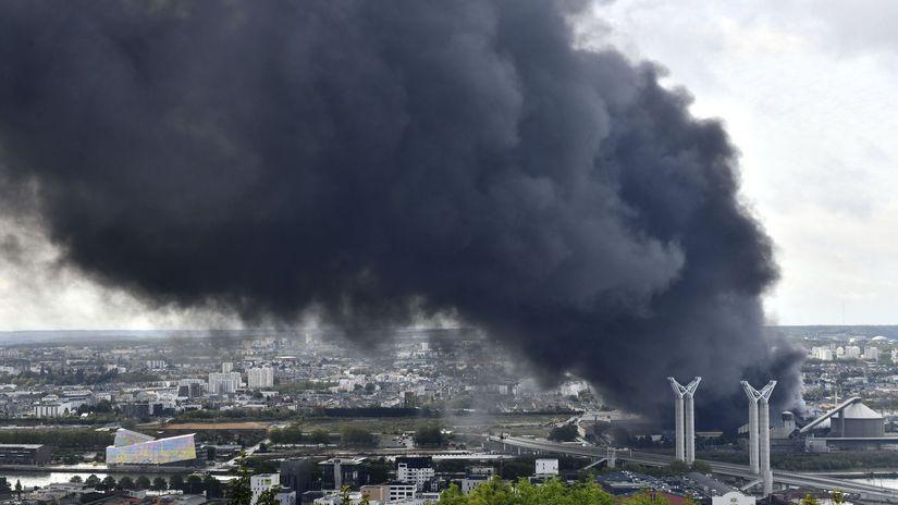 Francúzsko / požiar / Rouen / chemická továreň /
