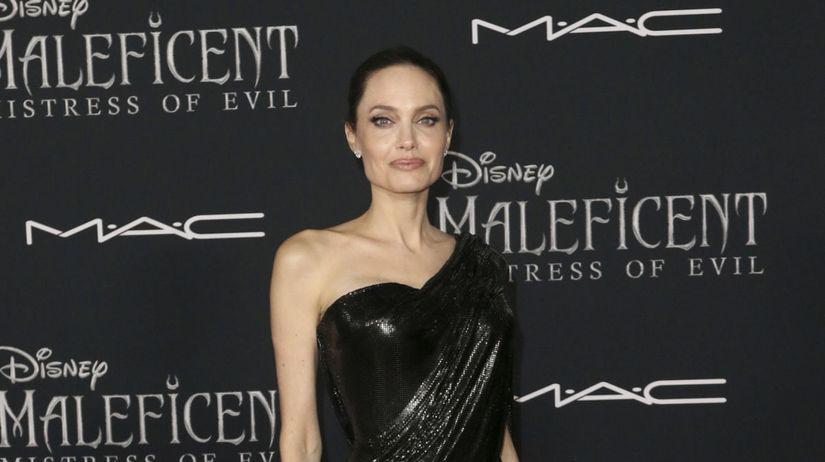Herečka Angelina Jolie v kreácii Atelier Versace.