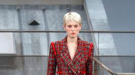 Modelka v kreácii z dielne značky Chanel z kolekcie na sezónu Jar/Leto 2020.
