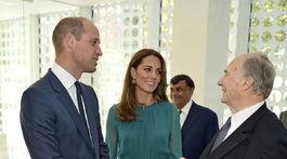 Princ William a jeho manželka Kate, vojvodkyňa z Cambridge na stretnutí s The Aga Khanom počas návštevy centra Aga Khan Centre v Londýne.