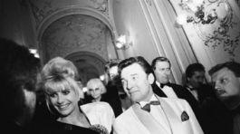 Spevák Karel Gott a milionárka Ivana Trumpová, bývalá manželka súčasného prezidenta USA Donalda Trumpa na zábere z roku 1992.
