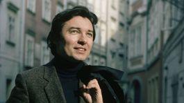 Spevák Karel Gott na zábere z 80-tych rokov.