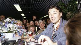 Spevák Karel Gott v roku 1990 rozdáva autogramy svojim fanúšikom.