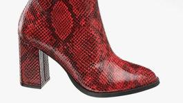 Červené členkové čižmy so zvieracím vzorom Vero Moda. Predáva Deichmann, za 69,90 eura.