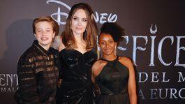 Herečka Angelina Jolie a jej dcéry Zahara (vpravo) a Shiloh.