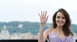 Herečka Angelina Jolie zdraví fotografov.